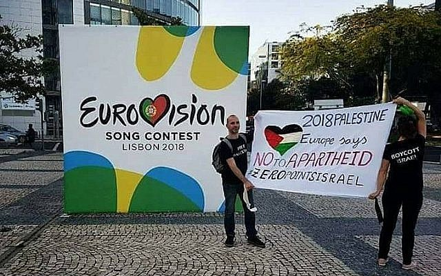 "Des partisans de BDS avec une bannière pro-palestinienne demandant aux Européens de donner ""zéro point à l'apartheid"" et de ne pas voter pour la chanteuse israélienne à Lisbonne, au Portugal, le 12 mai 2018 (Crédit : Eurovision boycott of Israel - ZERO points to the song of Israeli Apartheid/Facebook)"