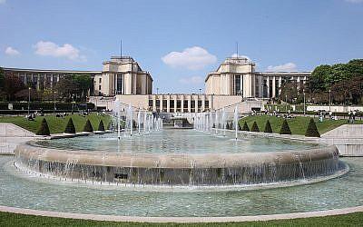 Fontaines du Trocadéro dans les jardins du même nom avec, au fond entre les deux ailes du Palais de Chaillot, les grandes baies du foyer du Théâtre national de Chaillot (Crédit : Patrick Berger/Wikimedia commons)