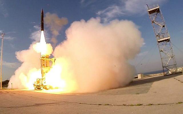 Un missile Arrow 3 est lancé à partir de la base aérienne de Palmachim dans le centre d'Israël le 10 décembre 2015. (Ministère de la Défense)