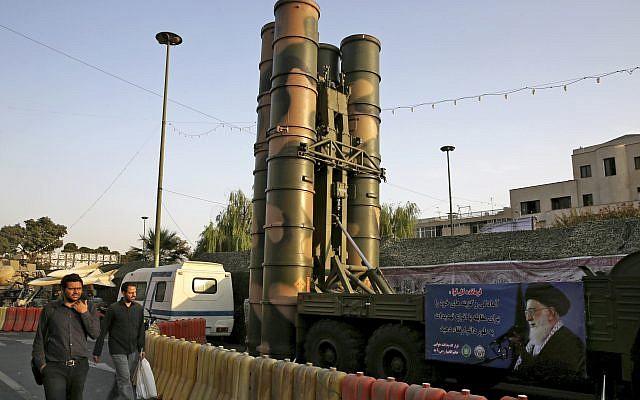 Un système de défense antiaérien S-300 fabriqué en Russie pour la semaine de la défense, marquant le 37e anniversaire de la guerre Iran-Irak des années 1980, sur la place Baharestan à Téhéran, en Iran, dimanche 24 septembre 2017. (AP Photo / Vahid Salemi)