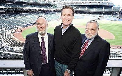 De gauche à droite : Le président de l'Orthodox Union Moishe Bane, le sénateur John Flanagan et le vice-président exécutif de l'OU Allen Fagin au Citi Field for Torah New York, une journée dédiée à l'étude juive, le 30 avril 2018. (Avec l'aimable autorisation de Kruter Photography via JTA)