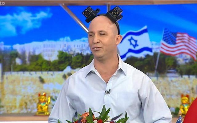 Photo tirée de la vidéo d'un sketch comique de l'émission satirique Eretz Nehederet représentant le ministre de l'Éducation Naftali Bennet portant des tefillin, 16 mai 2018. (Capture d'écran : Hadashot news)