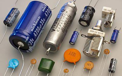 Photo d'illustration : Des condenseurs électroniques (Crédit : Eric Schrader/Wikipedia, CC-BY-SA-2.0)