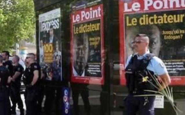 La police déployée autour d'un kiosque au Pontet (Vaucluse) après que des militants turcs pro-Erdogan s'en sont pris à la Une du Point (Capture d'écran : Youtube)