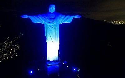 La statue du christ rédempteur de Rio de Janeiro illuminée en bleu et blanc pour le 0ème anniversaire d'Israël le 14 mai 2018 (Autorisation du Consulat honoraire israélien à Rio via JTA)
