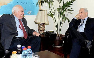 Le Premier ministre Benjamin Netanyahu, à droite, rencontre l'historien du Moyen Orient Bernard Lewis au bureau du Premier ministre (Crédit : Bureau de presse du gouvernement)