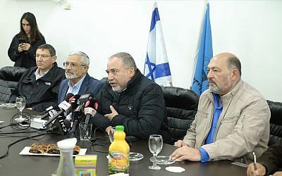 Le ministre de la Défense Avigdor Liberman,  deuxième à droite, lors d'une conférence de presse au cours d'une visite à Kiryat Shmona, dans le nord du pays, le 13 février 2018 (Crédit :  Judah Ari Gross/Times of Israel)