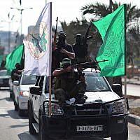 Des membres armés du groupe terroriste du Hamas participent à un défilé dans les rues de Gaza City pour marquer le premier anniversaire d'un accord déterminant l'échange de 1027 prisonniers palestiniens contre le soldat israélien Gilad Shalit, le 18 octobre 2012 (Crédit : Wissam Nassar/Flash90)
