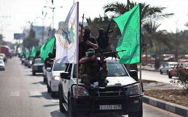 Des membres armés du groupe terroriste du Hamas participent à un défilé dans les rues de Gaza pour marquer le premier anniversaire d'un accord d'échange de 1 027 prisonniers palestiniens contre le soldat israélien Gilad Shalit, le 18 octobre 2012 (Crédit : Wissam Nassar/Flash90)