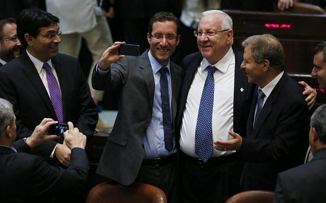 Selfie time! Le député Itzik Shmuli prend un selfie avec le président Reuven Rivlin et Meir Sheetrit. (Crédit : Miriam Alster/FLASH90)