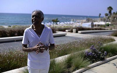 Le musicien brésilien Gilberto Gil à son arrivée à une cérémonie au centre Peres pour la paix à Tel Aviv, le 27 avril 2015 (Crédit :  Tomer Neuberg/Flash90)