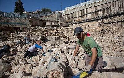 Les archéologues travaillent à proximité des vestiges de la citadelle d'Acra et de la tour de la Cité de David à Jérusalem. (Yonatan Sindel / Flash90)