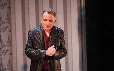L'acteur Moshe Ivgy prononce une déclaration concernant des allégations de harcèlement sexuel à son encontre, à la fin d'un spectacle de théâtre à Tel Aviv, le dimanche 7 février 2016 (Flash90)