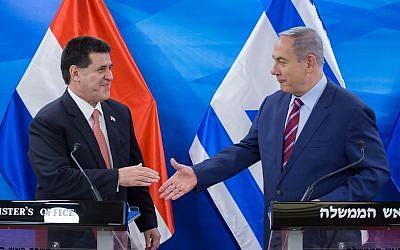 Le Premier ministre Benjamin Netanyahu, à droite, rencontre le président du  Paraguay  Horacio Cartes au bureau du Premier ministre de Jérusalem, le 19 juillet 2016 (Crédit Emil Salman/Pool)