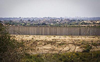Vue de la clôture de sécurité entourant la bande de Gaza depuis Israël. (Doron Horowitz/Flash90)