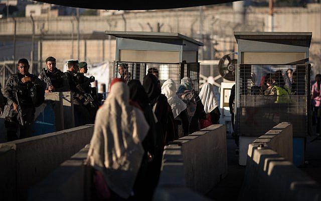 Des femmes palestiniennes se dirigent vers le point de contrôle de Qalandiya pour assister aux prières du vendredi sur le Mont du Temple à Jérusalem, vu ici à l'extérieur de la ville de Ramallah, en Cisjordanie, le 23 juin 2017. (Hadas Parush/Flash90)