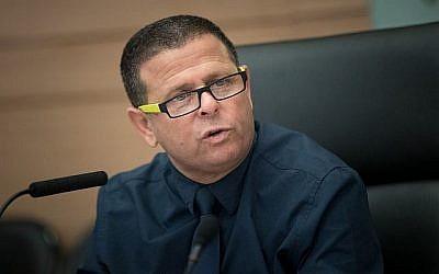 Le président de la commission des affaires économiques, le député Eitan Cabel (Union sioniste), dirige une réunion de la commission, à la Knesset, à Jérusalem, le 26 juillet 2017. (Yonatan Sindel/Flash90)