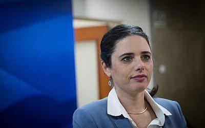 Le ministre de la Justice, Ayelet Shaked, arrive à la réunion hebdomadaire du gouvernement au bureau du Premier ministre à Jérusalem, le 17 décembre 2017. (Yonatan Sindel / Flash90)