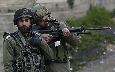 Illustration : Les forces de sécurité israéliennes en Cisjordanie le 17 février 2018 (Crédit : Wisam Hashlamoun/FLASH90)