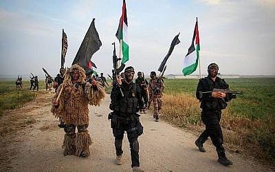 Des terroristes du Jihad islamique palestinien marchent lors d'un exercice militaire près de la frontière avec Israël, à l'est de la ville de Khan Younès dans le sud de la bande de Gaza, le 27 mars 2018. (Abed Rahim Khatib/ Flash90)