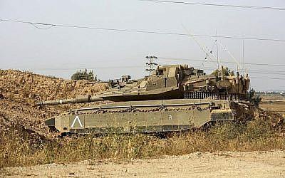 Un tank de l'armée israélienne au bord de la frontière avec Gaza, le 13 avril 2018 (Crédit : Sliman Khader/Flash90)