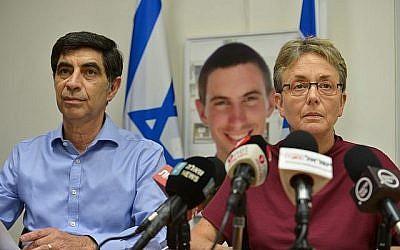 Simcha Goldin et son épouse Leah, parents du soldat Hadar Goldin dont la dépouille est retenue par le Hamas dans la bande de Gaza, lors d'une conférence de presse à Ramat Gan, le 25 avril 2018 (Crédit : Flash90)