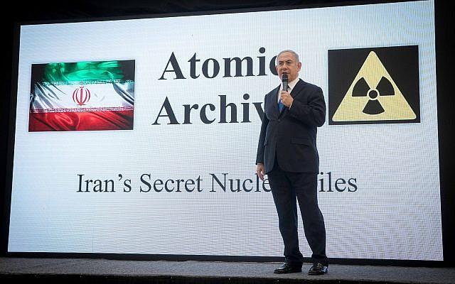 Le Premier ministre Benjamin Netanyahu présente les dossiers obtenus par Israël, qui prouvent que l'Iran a menti sur son programme nucléaire, au ministère de la Défense à Tel Aviv, le 30 avril 2018. (Miriam Alster/Flash90)