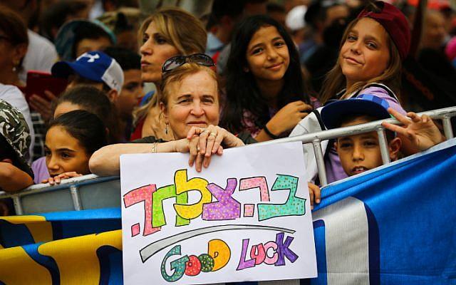 Des supporters israéliens à Beer-Sheva applaudissent la dernière étape du Giro d'Italia en Israël, le 6 mai 2018 (Flash90)