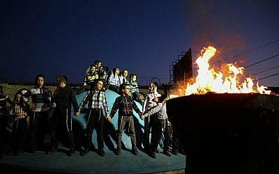 Juifs ultra-orthodoxes de la dynastie hassidique de Shomer Emunim à Bnei Brak près d'un feu de joie pour les célébrations à venir de la fête juive de Lag Baomer, à Meron. 30 avril 2018. (David Cohen Flash90)