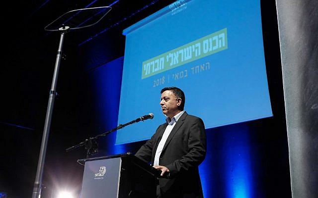 Le chef du parti de l'Union sioniste Avi Gabbay prend la parole à la Conférence sociale israélienne 2018 à Tel Aviv le 1er mai 2018 (Tomer Neuberg/Flash90).