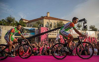 La présentation des équipes du 101ème Tour d'Italie à Jérusalem, le 3 mai 2018, avant le coup d'envoi de la course vendredi (Crédit : Yonatan Sindel/Flash90)