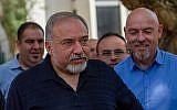 Le ministre de la Défense Avigdor Liberman fait une déclaration aux médias lors de sa visite à Katzrin, le 11 mai 2018. (Basel Awidat/Flash90)