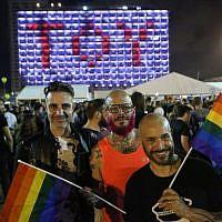 """Des centaines d'Israéliens célèbrent sur la place Rabin à Tel Aviv la victoire de la candidate israélienne Netta Barzilai à l'Eurovision avec sa chanson """"Toy"""", le 12 mai 2018 (FLASH 90)"""