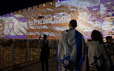 Les drapeaux américain et israéliens projetés sur les murs de la Vieille Ville de Jérusalem, le 14 mai 2018. (Crédit : Yonatan Sindel/Flash90)