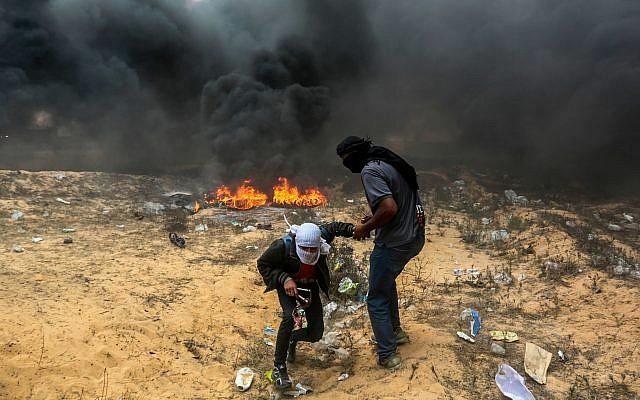 Des émeutiers palestiniens pendant les affrontements avec les soldats israéliens à proximité de la frontière entre Gaza et Israël à Rafah, à Gaza, le 14 lmai 2018 (Crédit : Abed Rahim Khatib/Flash90)