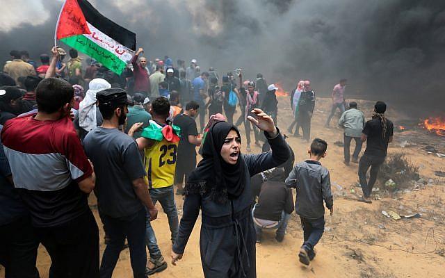 Des manifestants palestiniens lors d'affrontements avec les forces israéliennes près de la frontière entre Gaza et Israël, à Rafah, dans la bande de Gaza, le 14 mai 2018 (Abed Rahim Khatib / Flash90)