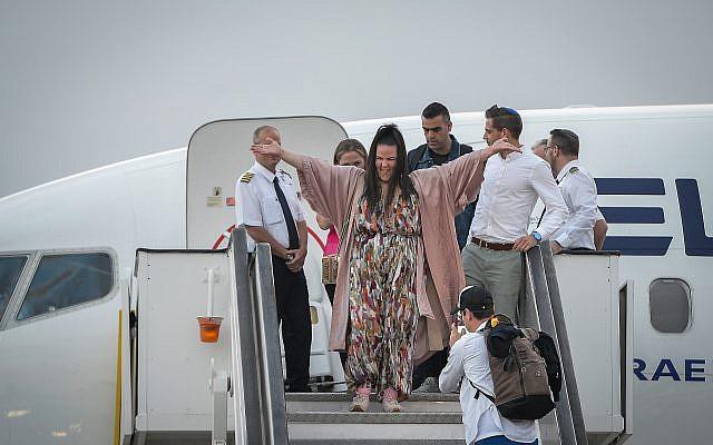 La gagnant de l'Eurovision 2018 Netta Barzilai à son arrivée à Ben Gurion International Airport, le 14 mai 2018. (Crédit : Flash90)