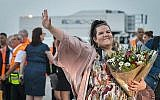 La gagnante de l'Eurovision 2018 Netta Barzilai à son arrivée à l'aéroport international Ben Gurion, le 14 mai 2018. (Crédit : Flash90)
