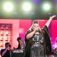 La gagnant de l'Eurovision 2018, Netta Barzilai en concert place Rabin à Tel Aviv, le 14 mai 2018. (Crédit : Tomer Neuberg/ Flash90)