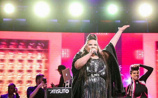 La gagnante de l'Eurovision 2018, Netta Barzilai en concert place Rabin à Tel Aviv, le 14 mai 2018. (Crédit : Tomer Neuberg/ Flash90)
