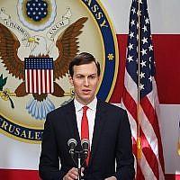 Jared Kushner, gendre et conseiller principal du président américain Donald Trump, prend la parole lors de la cérémonie d'inauguration de l'ambassade des États-Unis à Jérusalem le 14 mai 2018. (Yonatan Sindel/Flash90)