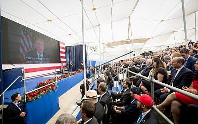Le public écoute l'allocution pré-enregistrée de Donald Trump durant l'inauguration de l'ambassade américaine à Jérusalem, le 14 mai 2018 (Crédit : Yonatan Sindel/Flash90)