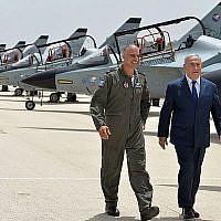 Le premier ministre Benjamin Netanyahu est accompagné par le commandant de la base de Tel Nof de l'armée de l'air israélienne, le général de brigade Peleg Niego, le 23 mai 2018. (Kobi Gideon/GPO)