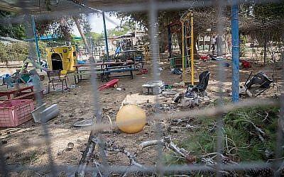 Le lieu où un obus de mortier en provenance de Gaza a touché un jardin d'enfants dans le sud d'Israël, près de la frontière avec Gaza, le 29 mai 2018. (Yonatan Sindel/Flash90)