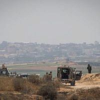 Des soldats israéliens gardent la frontière avec la bande de Gaza le 29 mai 2018. (Yonatan Sindel/Flash90)