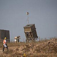 Un ouvrier passe devant une batterie de défense antimissile Dôme de fer près de la ville de Sderot dans le sud d'Israël le 29 mai 2018. (Yonatan Sindel/Flash90)