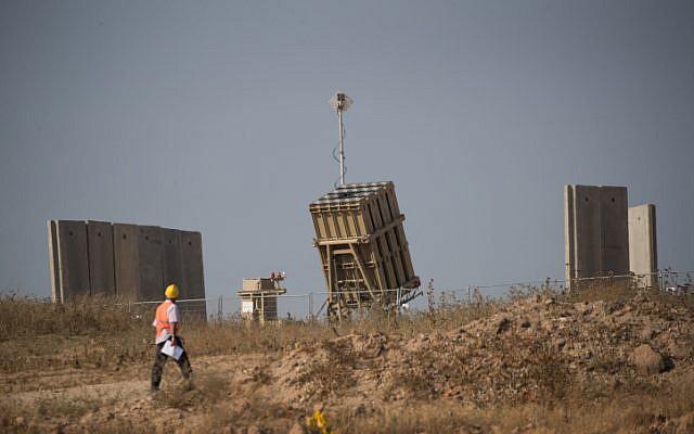 Un ouvrier passe devant une batterie de défense antimissile Dôme de fer près de la ville de Sderot dans le sud d'Israël le 29 mai 2018. (Crédit : Yonatan Sindel/Flash90)