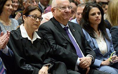 Le président Reuven Rivlin,  au centre, la présidente de la cour suprême Esther Hayut, à gauche, et la ministre de la Justice,  Ayelet Shaked, lors d'une cérémonie de prestation de serment de nouveaux magistrats à la résidence du président de Jérusalem, le 7 mai 2018 (Crédit : Mark Neeman/President's Office)