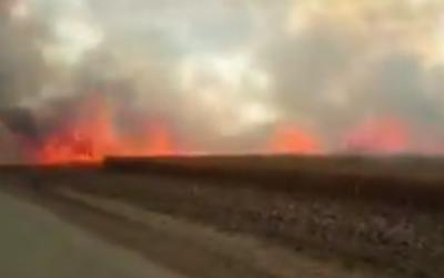 Un incendie dans des champs agricoles à proximité du kibboutz Beeri qui aurait été allumé par des objets enflammés envoyés depuis la frontière avec Gaza, le 7 mai 2018 (Capture d'écran :  Twitter)