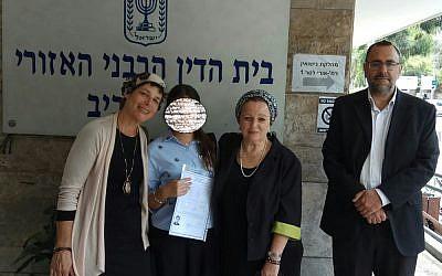 Le 13 mai 2018, au Beth Din de Tel Aviv. M., 20 ans, vient de recevoir son guet. Ici entourée de ses deux avocates rabbiniques, Katy Ayache-Bisraor et Hadass Cohen, ainsi que du rav Maimon, directeur du département des agunot au Beit Din d'Israel (Crédit: autorisation)
